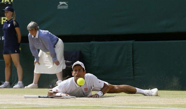 Srbský tenista Novak Djokovič během finálového duelu ve Wimbledonu.