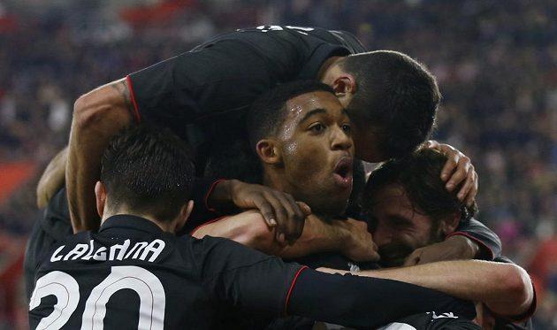 Jordon Ibe (uprostřed) z Liverpoolu oslavuje se spoluhráči gól proti Southamptonu.