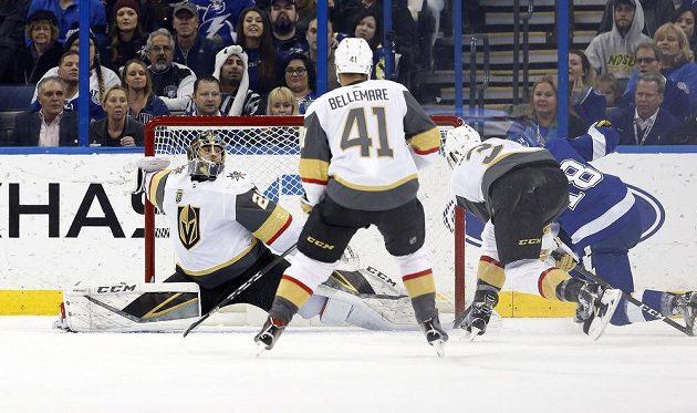 Ondřej Palát (18) střílí gól Tampy Bay v utkání NHL s Vegas.