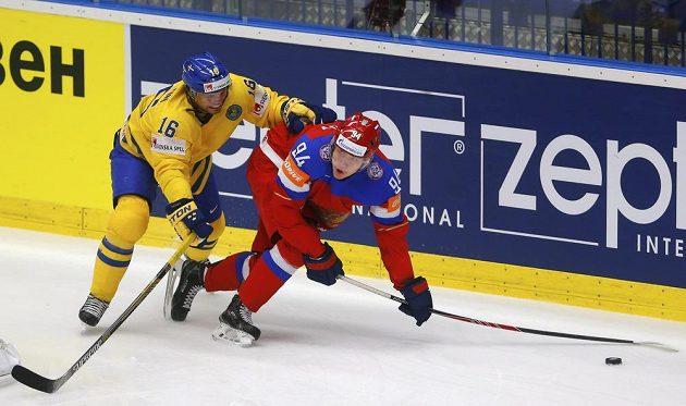 Švéd Jacob Josefson (vlevo) bojuje o puk s Rusem Andrejem Mironovem.