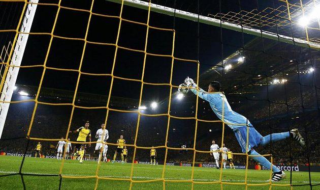 Brankář Realu Keylor Navas vyráží míč před Pierra - Emericka Aubameyanga, který míč dostal do sítě. Dortmund tak vyrovnal.