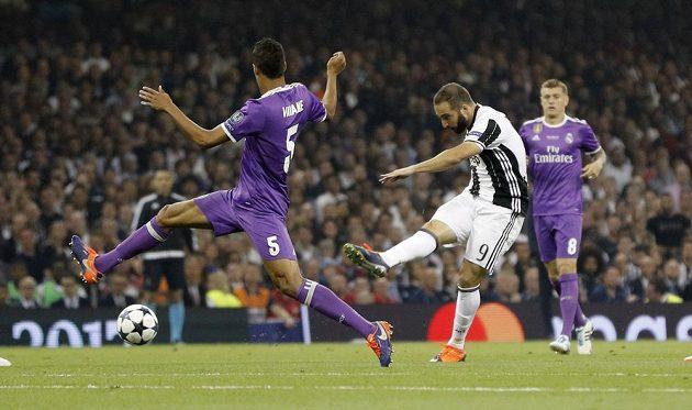 Útočník Juventusu Gonzalo Higuain střílí na branku Realu Madrid.