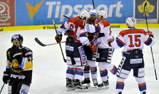 Hokejisté Pardubic se radují z gólu proti Litvínovu.