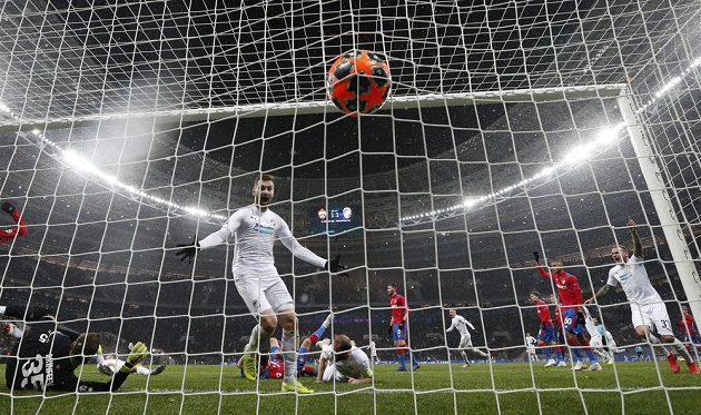 Je to tam, plzeňská radost může propuknout. Fotbalisté Viktorie právě vstřelili na půdě CSKA Moskva vítězný gól.