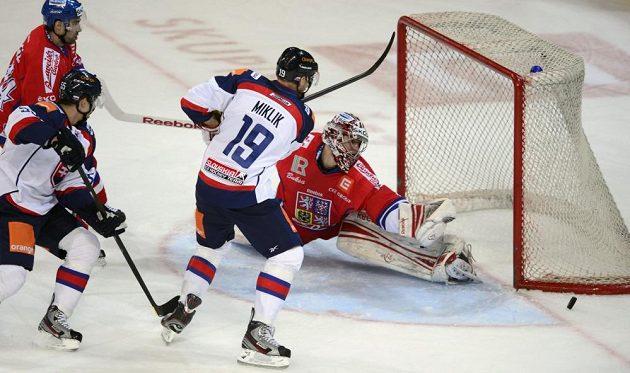 Michel Miklík (19) ze slovenského týmu a český brankář Jakub Kovář.