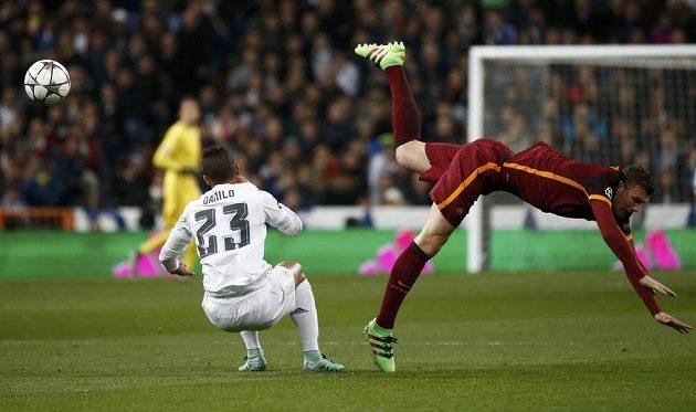 Edin Džeko v nefotbalové pozici po souboji s Danilem z Realu Madrid.
