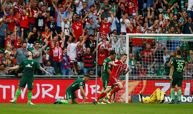 Překonaný český gólman Jiří Pavlenka. Jeho Werder Brémy doma prohrál s Bayernem v bundesligovém utkání 0:2.