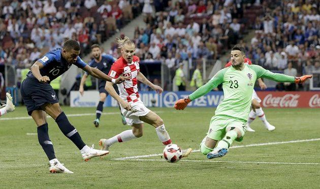 Chorvatský brankář Danijel Subašič likviduje příležitost Kyliana Mbappého z Francie.