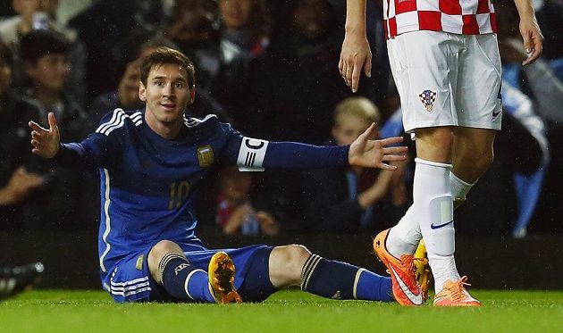 Argentinský kapitán Lionel Messi se v přípravném utkání s Chorvatskem v Londýně zlobí na rozhodčí.
