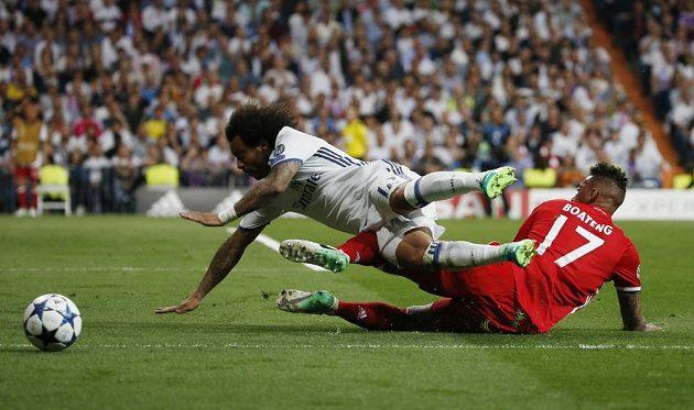 Obránce Realu Marcelo padá po zákroku Jéroma Boatenga.