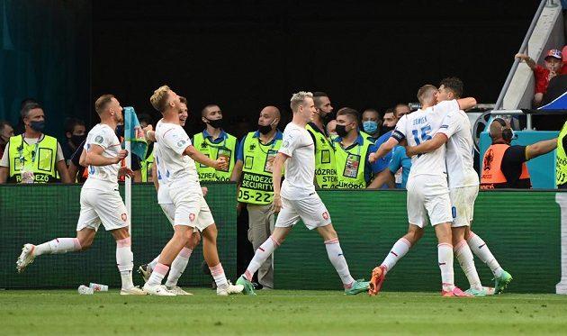 Český bombarďák Patrik Schick slaví se spoluheáči poté, co se trefil do sítě Nizozemska v osmifinále EURO.