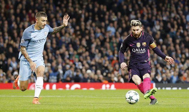 Lionel Messi z Barcelony dává gól. Aleksandar Kolarov z Manchesteru City přišel pozdě.