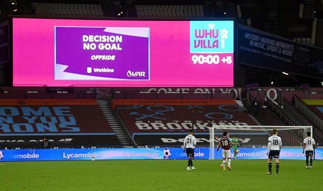 Rozhodnuto. Gól Aston Villy neplatí. West Ham vítězí 2:1.