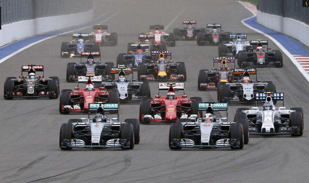 Start závodu. To ještě byl na čele Nico Rosberg.