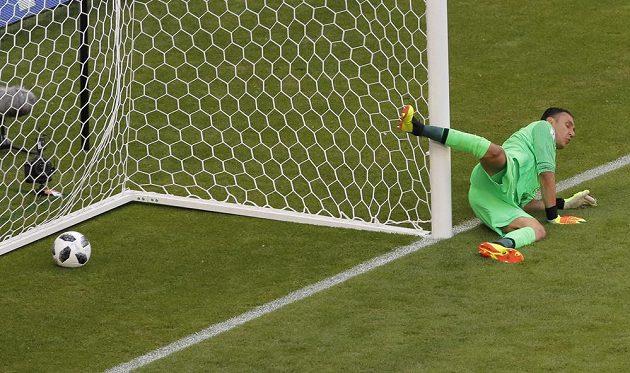 Kostarický gólman Keylor Navas se sápe marně po míči. Ten skončil za jeho zády a Srbsko vedlo v utkání MS nad Kostarikou.