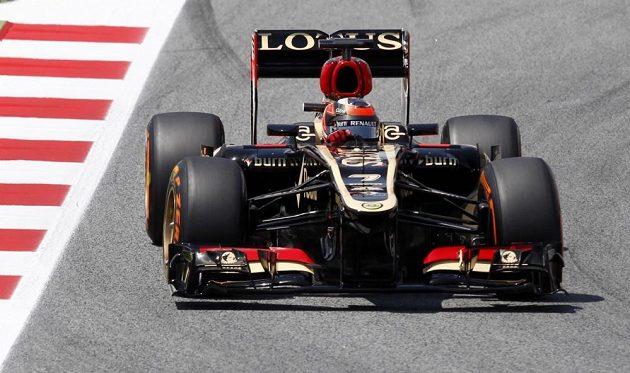 Kimi Räikkönen s lotusem oba vozy ferrari v Barceloně pořádně potrápil.