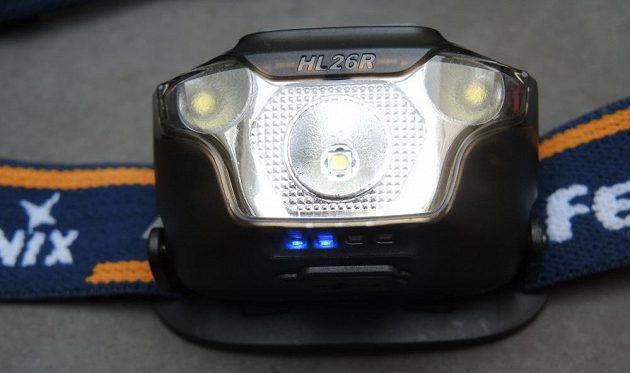 Čelovka Fenix HL26R: Pohled do hmyzího oka: Jedna hlavní, dvě vedlejší LED. Čtyři miniaturní LED informují o stavu akumulátoru.