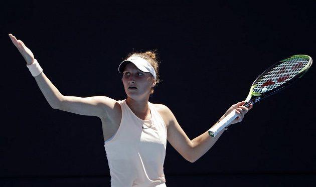 Česká tenistka Markéta Vondroušová premiéru v hlavní soutěži na Australian Open hodně prožívala. Nakonec byla vítězná, česká tenistka vyhrála nad Kurumi Naraovou 7:5 a 6:4.