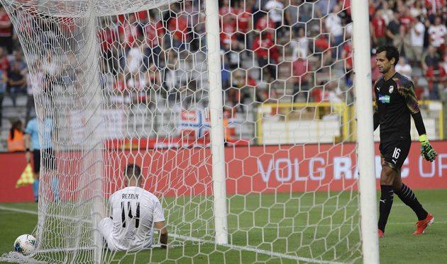 Plzeňský brankář Aleš Hruška kráčí pro míč, který mu do sítě poslal Ivo Rodrigues (není na snímku) z Antverp.