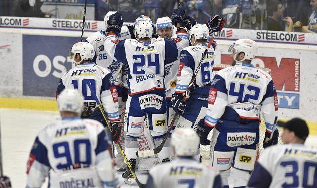 Hokejisté Komety Brno se radují z vítězství nad Vítkovicemi.