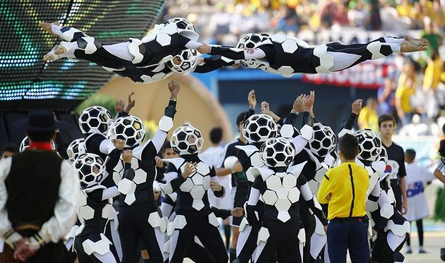 Zahajovacího ceremoniálu na stadiónu v Sao Paulu se zúčastnilo šest stovek tanečníků.