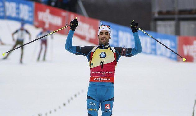 Fenomenální biatlonista Martin Fourcade slaví vítězství v Novém Městě na Moravě.