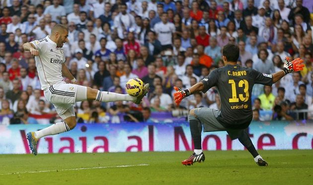 Útočník Realu Madrid Karim Benzema (vlevo) se snaží překonat barcelonského brankáře Claudia Brava.