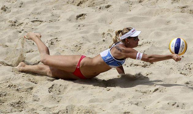 Česká beachvolejbalistka Markéta Sluková se pokouší zachránit míč v jedné výměně.