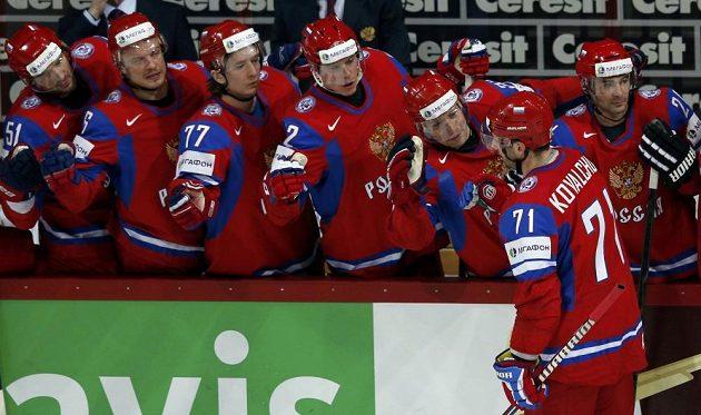 Ruský hokejový útočník Ilja Kovalčuk (vpředu) slaví se spoluhráči gól proti USA.