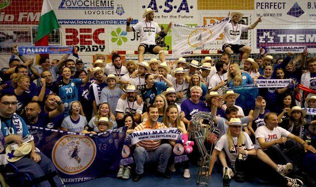 Společná fotografie vítězného plzeňského týmu s fanoušky.