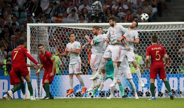 Parádní zásah Portugalce Cristiana Ronalda v duelu se Španělskem na 3:3.