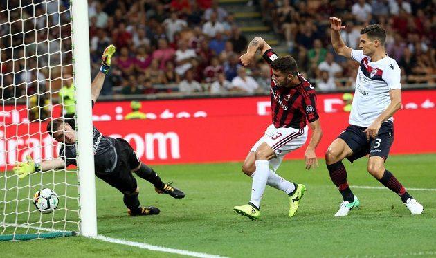Patrick Cutrone z AC Milán střílí první gól do sítě Cagliari.