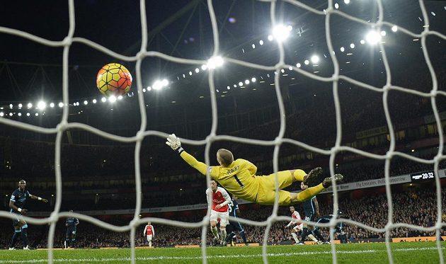 Míč po střele Thea Walcotta míří poprvé do sítě Manchesteru City.