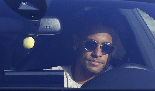 Neymar během středečního dopoledne přijíždí do sportovního centra FC Barcelona.