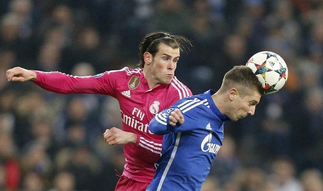 Gareth Bale (vlevo) z Realu Madrid v souboji s Matijou Nastasičem ze Schalke.