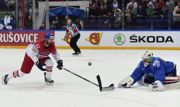 Český reprezentant Michal Řepík a brankář Kazachstánu Vitalij Kolesnik.