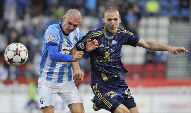 Mladoboleslavský útočník Martin Nešpor (vlevo) a Martin Šindelář z Olomouce v utkání 19. kola Gambrinus ligy.