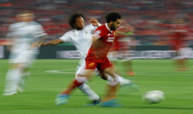 Liverpoolský Mohamed Salah (vpravo) v souboji s Marcelem z Realu Madrid ve finále Ligy mistrů.