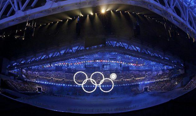 Drobné nedopatření v úvodu slavnostního zahájení - z pěti olympijských kruhů se na stadiónu Fišt rozsvítily jen čtyři.
