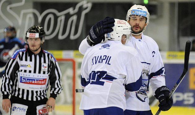 Leoš Čermák a Marek Kvapil z Brna po vstřelené brance proti Chomutovu.