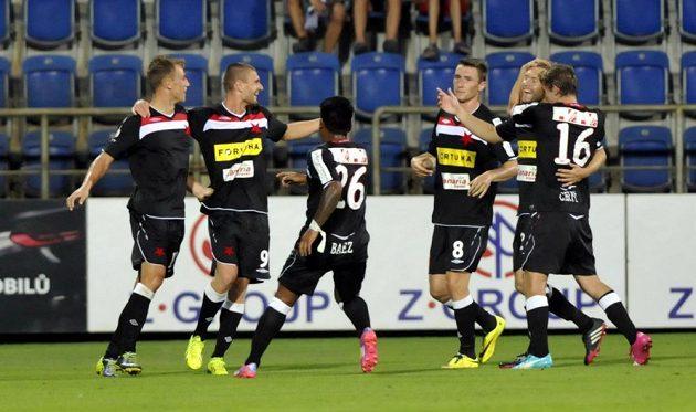 Radost slávistů z druhého gólu (zleva) autor branky Bekim Balaj, Martin Juhar, Omar Aldo Baez, Jaromír Zmrhal, Karel Piták a Milan Černý.