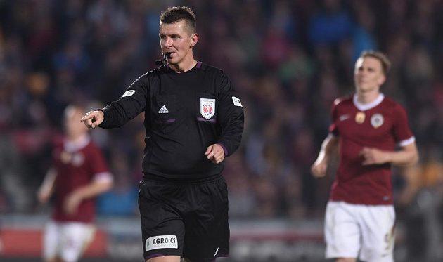 Rozhodčí Michal Paták během utkání 26. kola Gambrinus ligy mezi Spartou a Libercem.