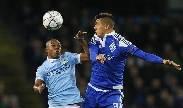 Záložník Manchesteru City Fernandinho (vlevo) a Jevhen Chačeridi z Dynama Kyjev v odvetném osmifinálovém duelu Ligy mistrů.
