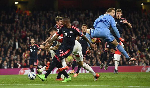 Útočník Arsenalu Olivier Giroud po Neuerově chybě doslova dotlačil míč za brankovou čáru.