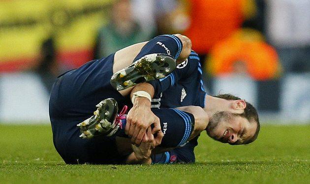 Gareth Bale se ocitl po ostrém zákroku na trávíku v poloze vleže.