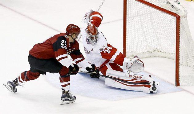 Gólman Detroitu Red Wings Petr Mrázek během samostatných nájezdů v duelu NHL proti Arizoně ani jednou nekapituloval. Momentálně jej nepřekonal Brendan Perlini.