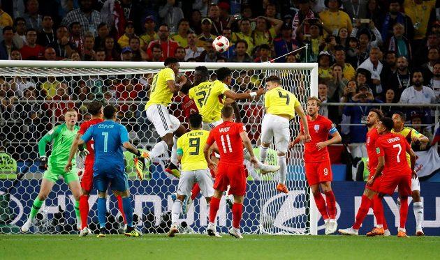 Vyrovnáno! Yerry Mina (čtvrtý zleva) se zavěsil do vzduchu a vzápětí poslal zápas do prodloužení