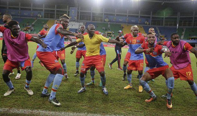 Fotbalisté Konga oslavili postup taneční etudou...