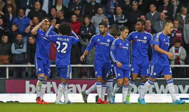 Gary Cahill (vlevo) se raduje se spoluhráči z Chelsea z gólu, který vstřelil West Hamu.