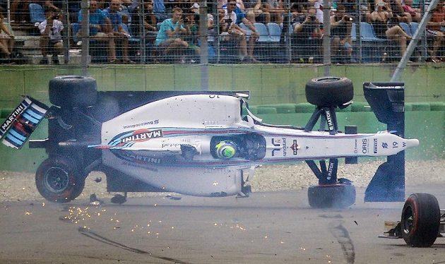 Po jízdě na zádech se vůz Felipeho Massy otočil zpět na kola.